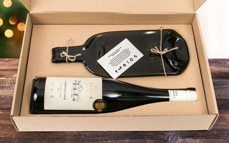 Skleněné prkénko a láhev vína v dárkové krabičce