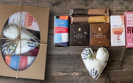 Sladké balíčky ručně dělaných čokolád s dárkem