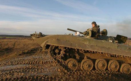 Řízení bojového vozidla pěchoty po speciální offroad trati plné příkopů, brodění a svahů