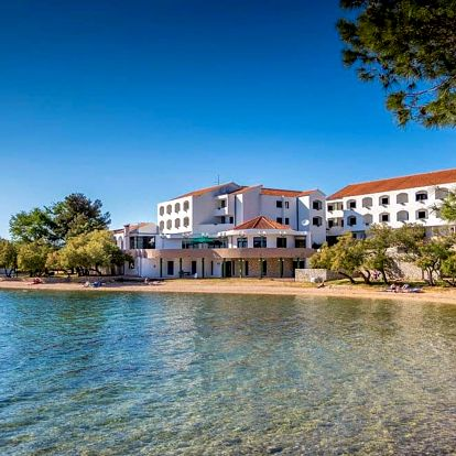 Chorvatsko, Pirovac | Hotel Miran*** – apartmány 100 m od pláže | Dítě zdarma | Bazén | Bez stravy