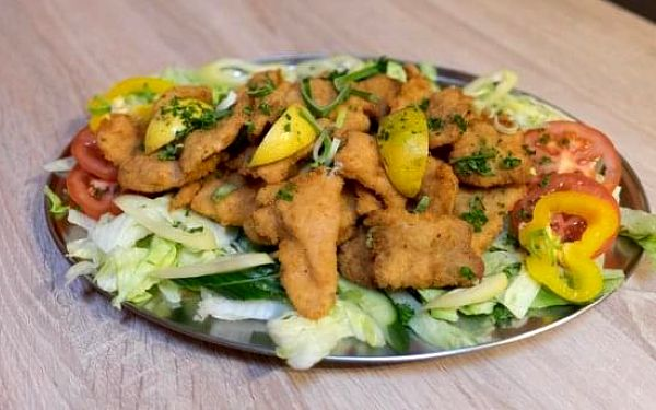 1200 g řízků (kuřecí a vepřové), salát a pečivo4
