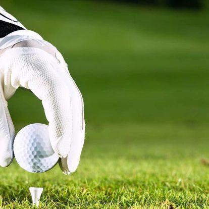 Lekce základů golfu pod dohledem trenérky