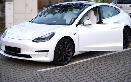 Jízda v elektromobilu Tesla model 3 na místě řidiče či spolujezdce