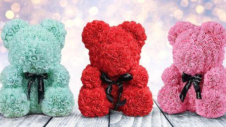 Ručně vyrobený medvídek z 250 růžiček v 8 barvách