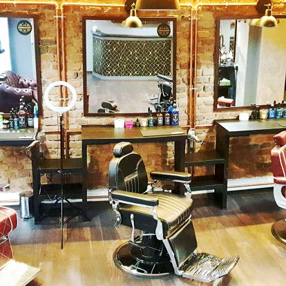 Profesionální střih vlasů a vousů v J&B Barber shopu v Nuslích s nápojem v ceně