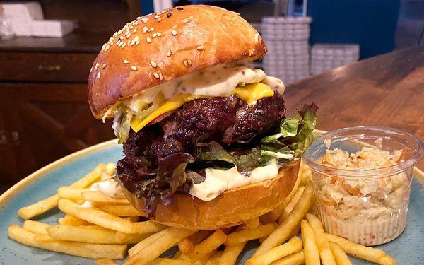 Burger, hranolky a coleslaw pro 1 i 2 osoby