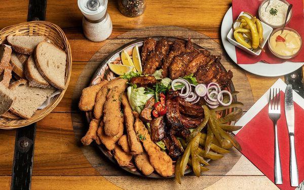 Talíř plný masa s kuřecím, žebry i řízky