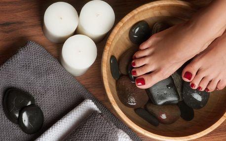 Péče o chodidla: pedikúra s koupelí, masáží i lakováním