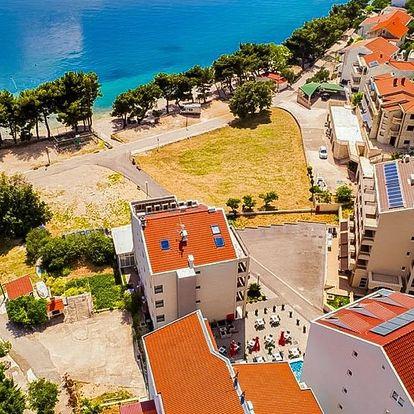Chorvatsko, Drvenik | Hotel Drvenik Palace*** | 4chodová polopenze | Pláž před hotelem