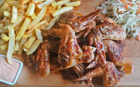 1 či 2 kg BBQ křídel s hranolky, salátem i omáčkou