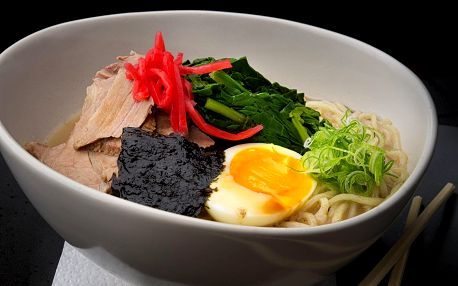 Japonská nudlová polévka ramen či udon nudle