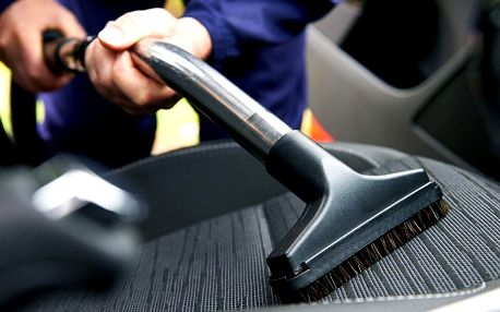 Čištění interiéru auta, vysátí i tepování namokro