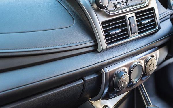 Kompletní péče: čištění a doplnění klimatizace auta