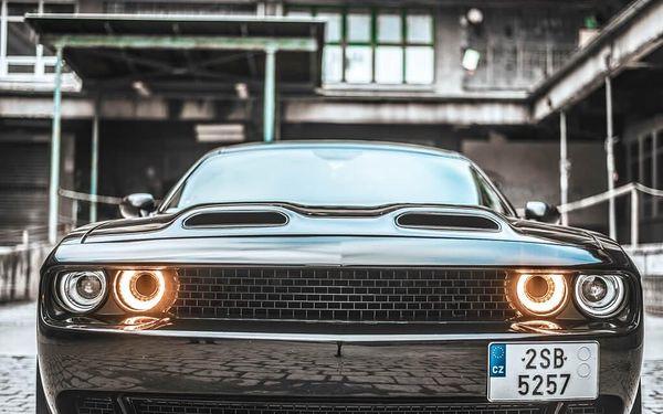 Frajerská jízda v Dodge Challenger 20165