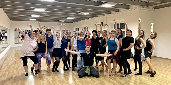 1× skupinová lekce společenských tanců (pro pár)3