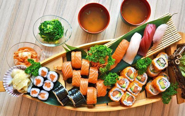 Sushi sety s polévkou i wakame a kimchi salátem
