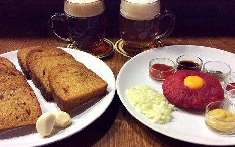 Hovězí tatarák, topinky a dvě velká piva