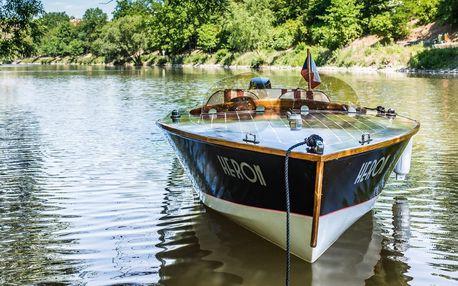 Pronájem motorové lodi na Vltavě až pro 4 osoby