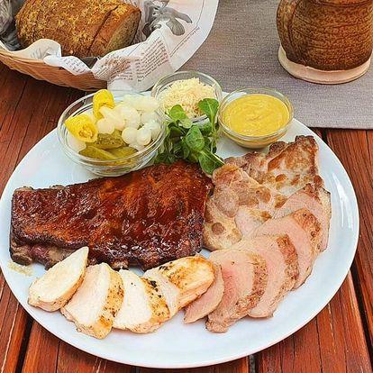 Talíř masa ve stylové pivnici Komín pub
