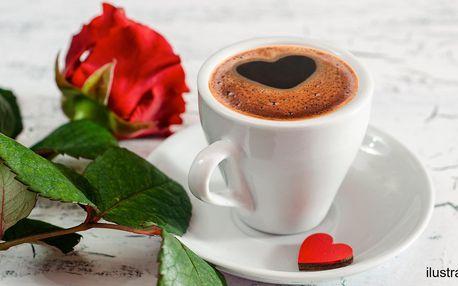 Potěšte svou milou: 2 kávy, růže i makronky