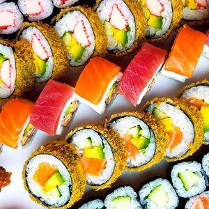 101 ks sushi ze Stodolní: losos i krab v tempuře