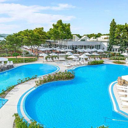 Léto v Šibeniku: rodinný resort s bazény a snídaně