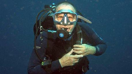 Ponor v suchém obleku pod hladinu zatopeného lomu