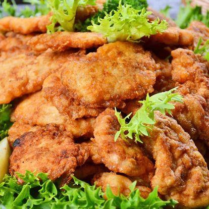 1 kg kuřecích řízků s chlebem a kyselou okurkou