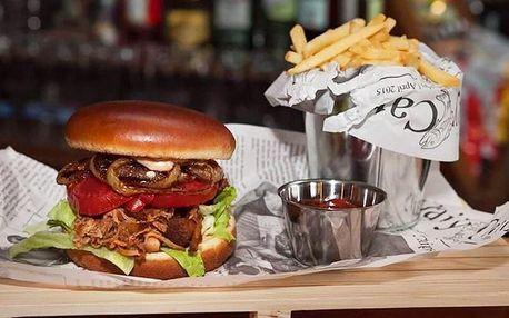 BBQ burger s trhaným vepřovým masem a hranolky