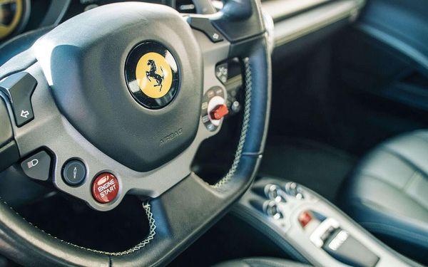 10 min. (10 km) jízda ve Ferrari 458 Italia nebo Lamborghini Gallardo jako řidič bez paliva4