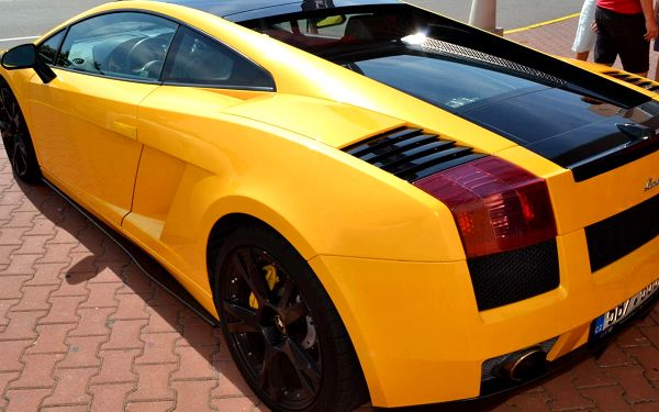 10 min. (10 km) jízda ve Ferrari 458 Italia nebo Lamborghini Gallardo jako řidič bez paliva5
