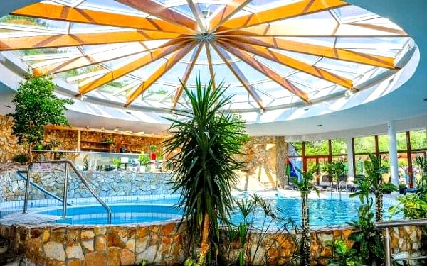 Lázeňské Dudince v létě: Léčebný pobyt v Hotelu Flóra s neomezenými bazény, až 4 procedurami + plná penze