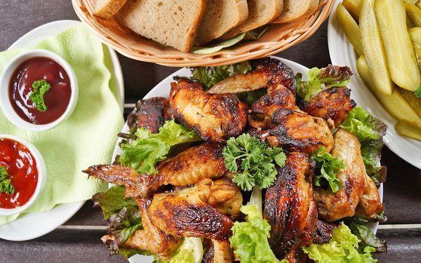 1,5 kg pečených kuřecích křídel a přílohy