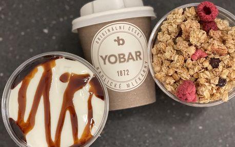 Káva nebo čokoláda a jogurtový dezert s müsli