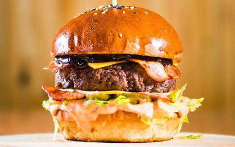 Výběr pro dva: burgery, stripsy, saláty a hranolky