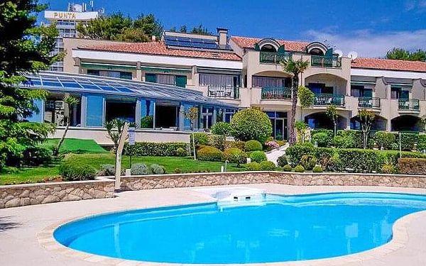 Chorvatsko: Vodice přímo na pláži v Hotelu Villa Radin **** s bazénem, lehátky, polopenzí a zapůjčením kol