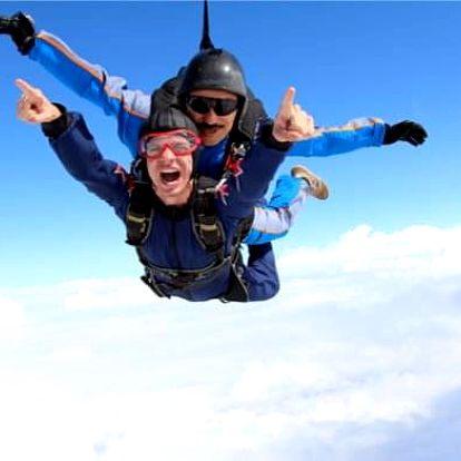 Tandemový seskok z 6000 metrů na letišti v Klatovech