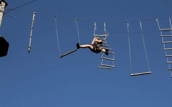 Lezení v lanovém centru se skokem ze 7 m v Praze