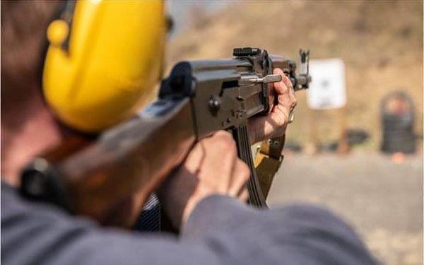 Střelba z pistole Glock, AK-47 a pumpovací brokovnice