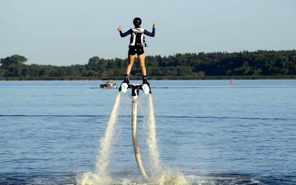Flyboarding s instruktorem na jezeře u Prahy