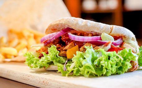 Kebab s trhaným kuřecím masem a nápoj či hranolky