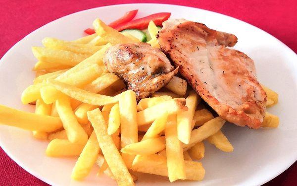 Steak z krkovice či kuřecího masa, příloha i nápoj