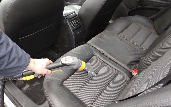 Suché čištění auta vysavačem a impregnace plastů3