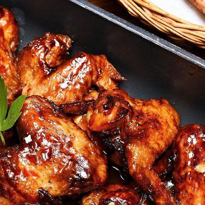 1,5–3 kg křídel ve sweet chilli omáčce a chleba