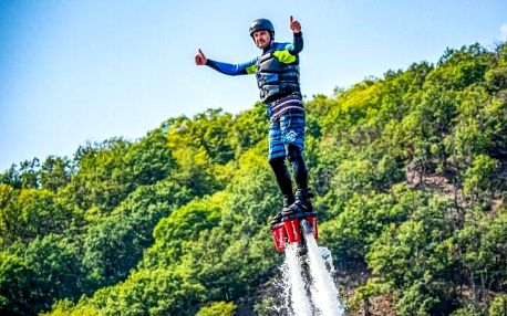 Zážitek v podobě letu s Flyboardem, Hoverboardem či Jetpackem až na 15 minut v areálu Lávka Skochovice u Prahy