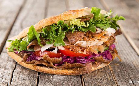 Kebab v tortille, pita chlebu i boxu s hranolky