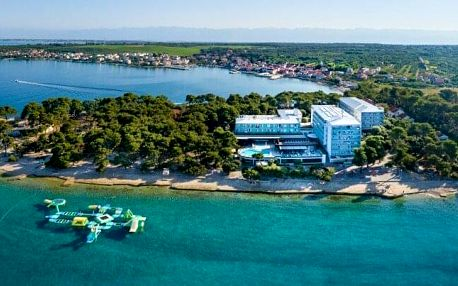 Chorvatsko hned u pláže v Hotelu Pinija **** se 2 bazény, wellness a animačním programem + polopenze