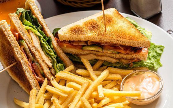 Club sandwich s kuřecím masem, hranolky a dip