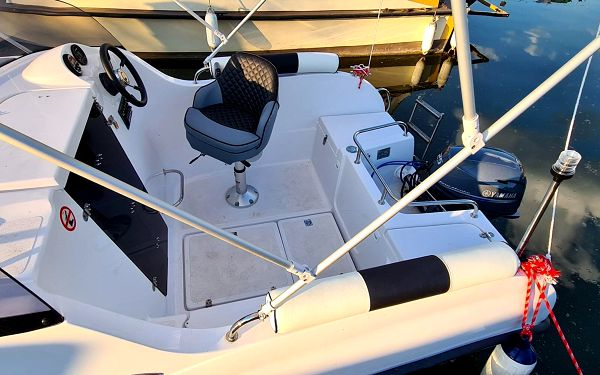 Kajutová motorová loď pro 5 osob na 6 hodin4