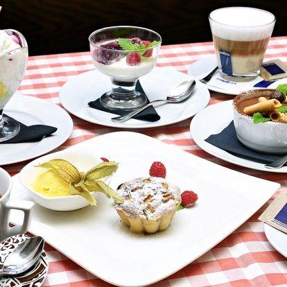 Posezení na Starém Městě: káva a domácí dezert